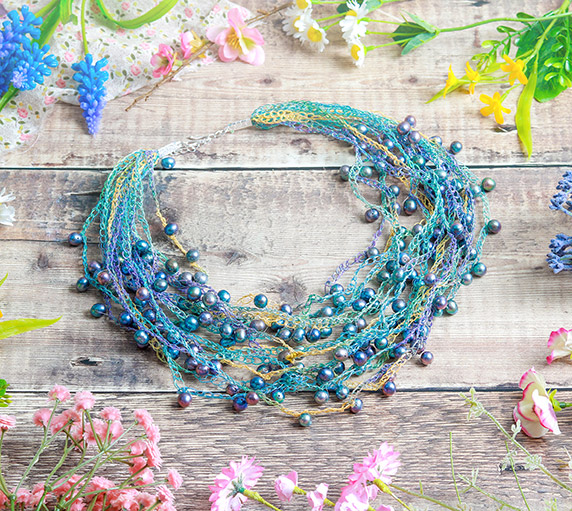 How to make a glamorous graduated summer necklace